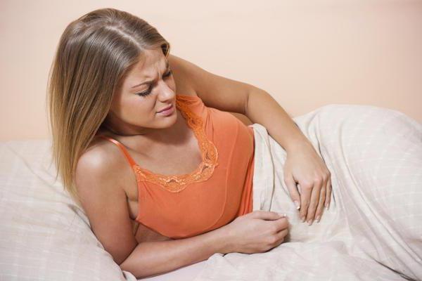 У женщины болит живот во время месячных