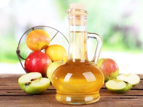 Яблоки и яблочный уксус с бутылке