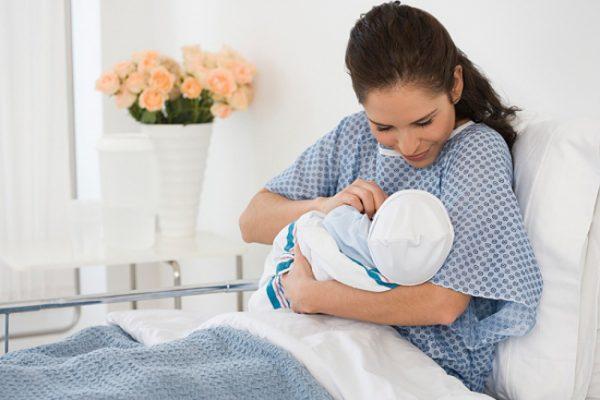 Женщина и младенец в палате