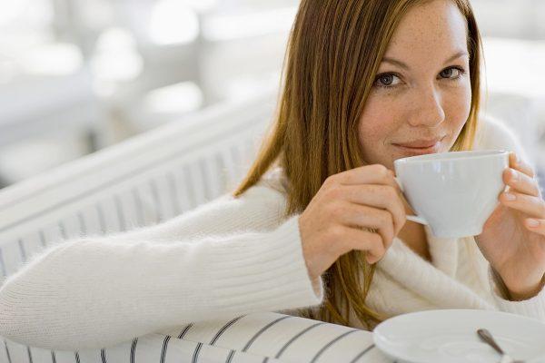 Женщина пьёт чай