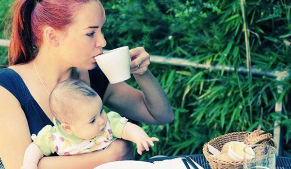 кормящая женщина пьёт чай с молоком