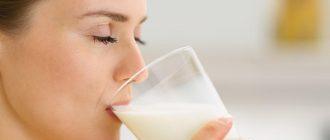 женщина пьёт молоко