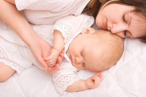 женщина с малышом спят