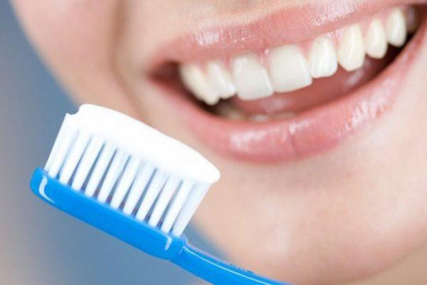 Женщина собирается почистить зубы
