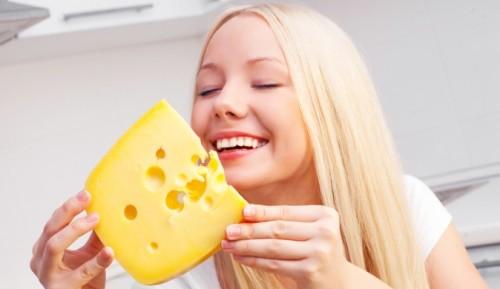 Женщина собирается съесть сыр