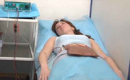 Женщине делают физиопроцедуру в нижней части живота