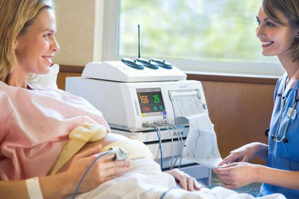 Беременная женщина на КТГ