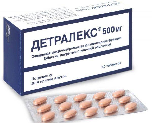 Таблетки Детралекса рядом с картонной коробкой