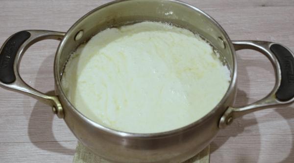Свернувшаяся молочная масса в железной кастрюле