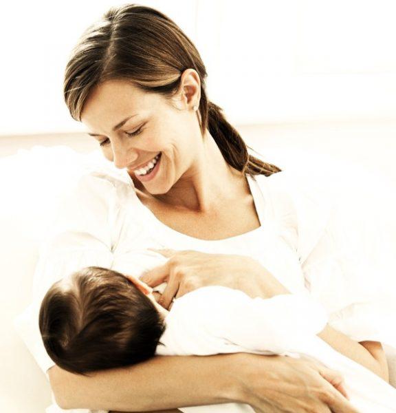 Женщина кормит грудью ребёнка