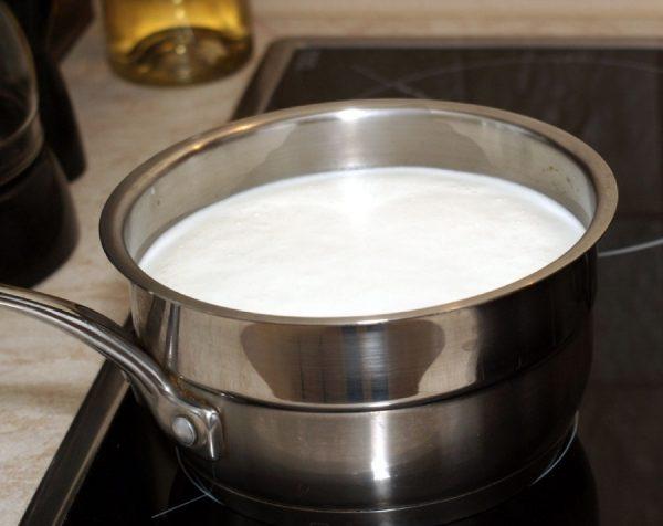 Молоко в кастрюле на плите