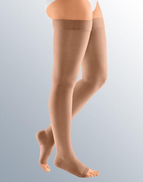 Ноги женщины в чулках