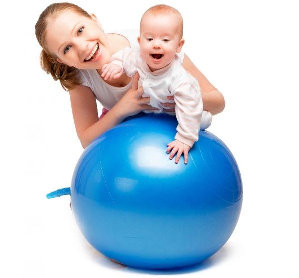 Девушка с ребёнком и фитбол