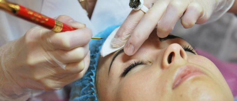 Женщине делают микроблейдинг бровей