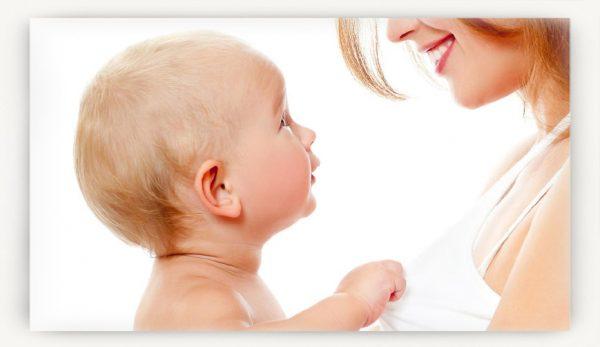 Женщина улыбается малышу