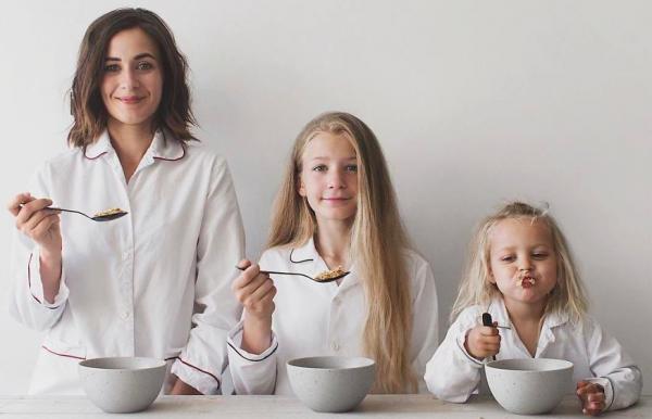 Мама и дочки завтракают