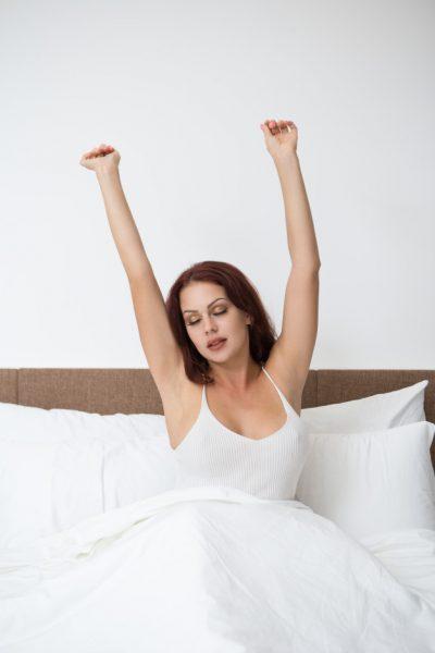 женщина просыпается