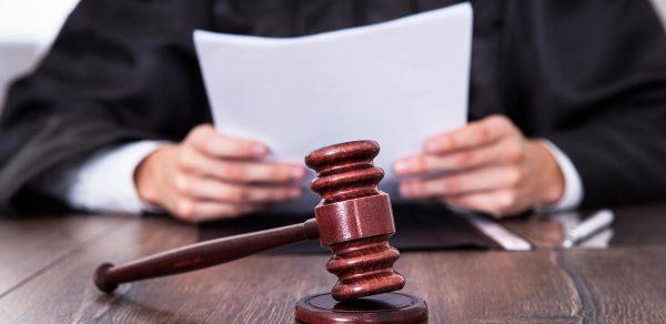 Судья собирается огласить решение