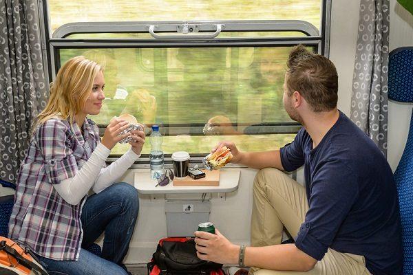 Муж и жена едут в поезде