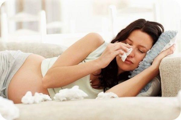 Беременная женщина плачет