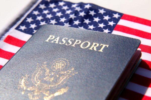 паспорт на фоне флага США